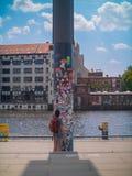 O turista toma uma foto de um polo coberto etiqueta por um rio em Berlim imagem de stock