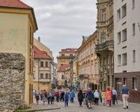 O turista vagueia através da cidade velha de Bratislava, Eslováquia imagem de stock