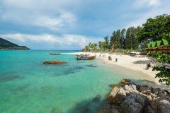 O turista vai à praia do nascer do sol de Koh Lipe pelo barco do longtail Fotografia de Stock Royalty Free