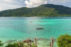 O turista vai à praia do nascer do sol de Koh Lipe pelo barco do longtail Fotografia de Stock