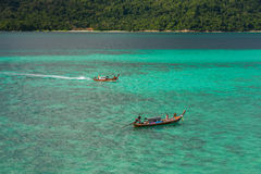 O turista vai à praia do nascer do sol de Koh Lipe pelo barco do longtail Fotos de Stock Royalty Free