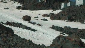 O turista vazio arrasta na neve no montanhês da montanha rochosa da altura vídeos de arquivo