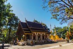 O turista visitou os pagodes dourados em Wat Phra That Doi Tung, um de que é acreditado para conter a clavícula esquerda de Lord  fotografia de stock