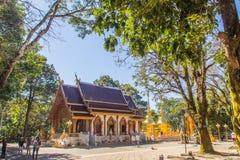 O turista visitou os pagodes dourados em Wat Phra That Doi Tung, um de que é acreditado para conter a clavícula esquerda de Lord  imagem de stock