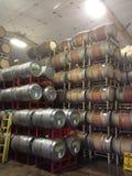 O uísque Napa Valley dos tambores de vinho empilhou a adega da fermentação do armazenamento fotografia de stock