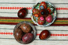 O ucraniano autêntico tradicional pintou ovos da páscoa no rushnyk bordado tradicional de pano do guardanapo ou de tabela Configu Imagens de Stock