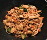 O Udon MI com galinha e os vegetais agitam a fritada no molho do teriyaki foto de stock royalty free