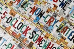 5 O-` Uhr irgendwo; Aufbereitete Kfz-Kennzeichen Lizenzfreies Stockfoto
