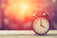 4 O-` Uhr Uhr-klassische Weinlese-Retro- Farbton Stockfotografie