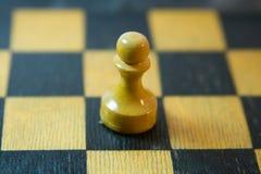 O um penhor no tabuleiro de xadrez Foto de Stock Royalty Free