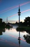 O un Blomen de Heinrich-Hertz-Turm e de Planten estaciona, Hamburgo foto de stock