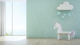 O unicórnio branco do brinquedo no assoalho de madeira da opinião do mar caçoa a sala com fundo concreto azul áspero vazio da par Fotos de Stock
