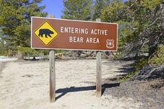 O urso assina dentro a área de recreação Imagens de Stock