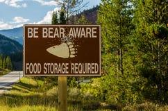 O urso ciente assina dentro a área remota imagens de stock