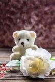 O urso da peluche com branco levantou-se Fotos de Stock Royalty Free