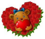 O urso de peluche bonito que guarda o coração vermelho nas rosas floresce o coração da forma Foto de Stock
