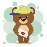 O urso marrom no boné de beisebol está e guarda uma letra com um coração em suas patas, ao estilo dos desenhos animados ilustração stock