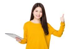 O uso da mulher da tabuleta digital e o dedo manuseiam acima Foto de Stock