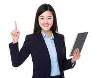 O uso da mulher de negócios da tabuleta e o dedo apontam acima Imagem de Stock Royalty Free