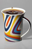 Copo de café com colorido uma gota na parte superior Imagem de Stock Royalty Free