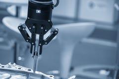 O uso robótico do braço na linha de produção do conjunto fotos de stock royalty free