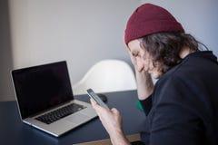 O usu?rio frustrado do local chama o apoio Desenvolvimento e trabalho no Internet, um telefonema fotografia de stock