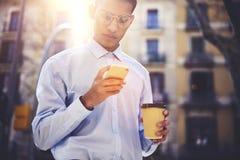 O utilizador da Internet masculino novo vestiu-se em Web site na moda da consultação do equipamento Fotografia de Stock
