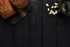 O vário pão integral inteiro duro com as sementes de abóbora no preto corteja imagens de stock royalty free