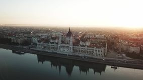 O vídeo aéreo mostra o lado de Buda de Budapest no nascer do sol filme