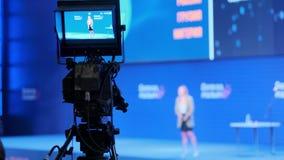 O vídeo câmera mantém o registro do desempenho do conferente no salão da apresentação filme