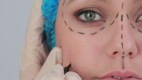 O vídeo da mulher com rede de cabelo e os traços pretos alinha para uma face lift video estoque