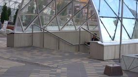O vídeo do lapso de tempo, pessoa perto da entrada à passagem subterrânea, vai para baixo e escala da passagem subterrânea vídeos de arquivo