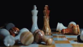 O vídeo entra lentamente na escuridão Jogo de xadrez Confrontação dos reis Jogo de partido de xadrez video estoque