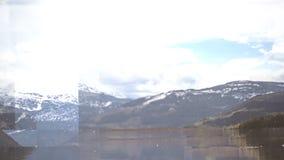 O vídeo gerado Digital do rio e da neve tampou montanhas filme