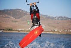O vôo de Kiter nas ondas aproxima Tarifa, Spain Fotografia de Stock