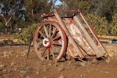 O vagão abandonado usou-se cultivando à esquerda para deteriorar a pensão a luz solar da tarde fotografia de stock royalty free