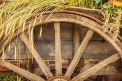 O vagão de madeira velho carregou com a colheita fresca do cereal imagem de stock