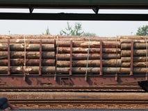 O vagão do trem carregado com a madeira imagem de stock royalty free