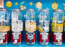 O vagão dos doces, vagão coberto do estilo pequeno do impulso-carro esse vende doces Imagem de Stock