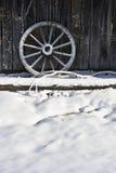 O vagão roda dentro a neve Fotos de Stock Royalty Free