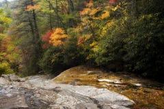 O vale cai nas montanhas imagens de stock royalty free