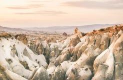 O vale com a pedra vulcânica do tufo balança em Cappadocia fotos de stock