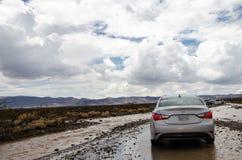 O VALE DA MORTE, CALIFÓRNIA: Uma inundação repentina destrói a estrada através do parque nacional de Vale da Morte, fazendo o cur foto de stock royalty free