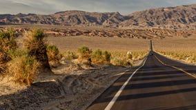 O Vale da Morte perto das dunas de areia fotografia de stock royalty free