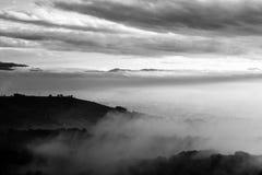 O vale de Úmbria no outono encheu-se pela névoa, com os montes emergentes e Imagem de Stock Royalty Free