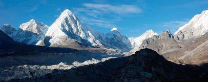 O vale de Khumbu, a geleira do khumbu e o ri do pumo repicam Foto de Stock