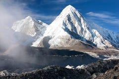 O vale de Khumbu, a geleira do khumbu e o ri do pumo repicam Imagem de Stock