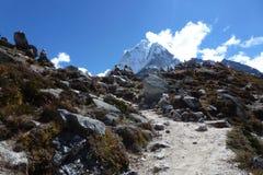 O vale de Periche com céu azul e nuvens, passeio na montanha do acampamento base de Everest, Nepal fotografia de stock