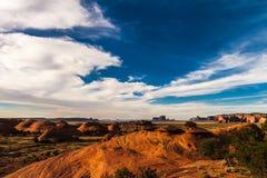 O vale do mistério no parque tribal antes do por do sol, o Arizona do Navajo do vale do monumento Foto de Stock Royalty Free