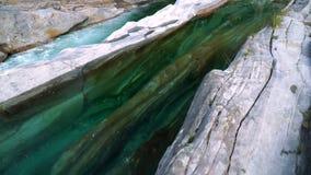 O vale do rio de Verzasca com água clara Lavertezzo, Switzerland video estoque